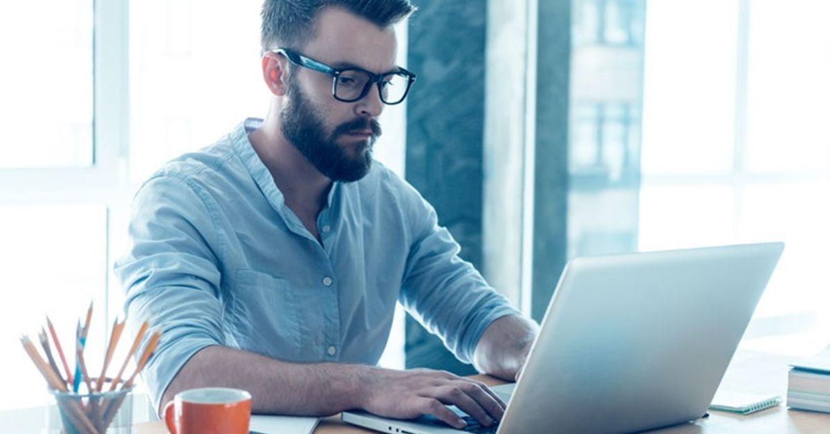 entrepreneur signe depuis ordinateur